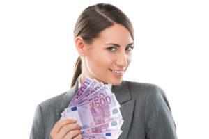 Frau hält einen Geldfächer in der Hand der sofort Ihnen gehören könnte.
