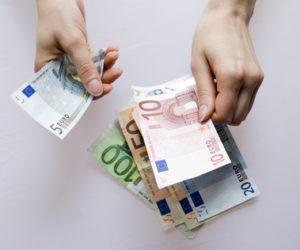 Geld zählen nach der Kreditauszahlung