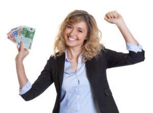 Frau mit Geld in der Hand dank des Kurzzeitkredit